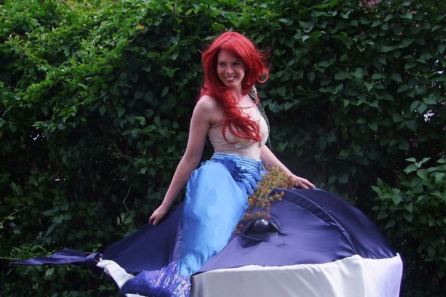 Meerjungfrau auf einem Wal